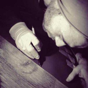 """teento artisti TEENTO Online Shop   T-shirt 100% Cotone Organico - Artisti - In questa pagina potete trovare tutti gli artisti della """"scuderia"""" TEENTO con brevi testi introduttivi e link utili. Scegli uno dei nostri artisti e indossa un design unico nel suo genere. Wear the passion! crescita artistica personale artista foto profilo artista uomo che intaglia il legno con guanti e bisturi"""