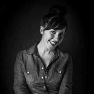 """teento artisti TEENTO Online Shop   T-shirt 100% Cotone Organico - Artisti - In questa pagina potete trovare tutti gli artisti della """"scuderia"""" TEENTO con brevi testi introduttivi e link utili. Scegli uno dei nostri artisti e indossa un design unico nel suo genere. Wear the passion! crescita artistica personale artista foto profilo artista donna sorridente in bianco e nero"""